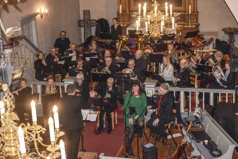 Korps med gjester: Lier janitsjar delte i år konserten sin med Kari Tomine Isene Bodnar og Hans-Martin Fiskenæs.