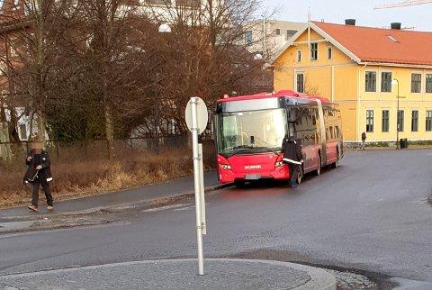 FEILPARKERT: Selv om Ruter og Nobina i lang tid har lovet å ta tak i feilparkerte busser ved Lillestrøm stasjon, står det fortsatt parkert busser midt i veien.