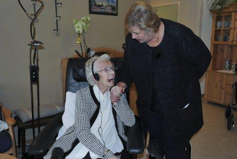 101-åring: Statsminister Erna Solberg hilste hjertelig på beboer Petra Tenggren ved Marithaugen sykehjem den 20. mai, og statsministeren ordnet hørselsutstyret til Petra og tok seg god tid til å snakke med henne. Foto: Knut Johansen