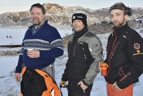 VELKOMMEN: Raine Willy Vikten (fra venstre), Stian Bakkemo og Marius Abrahamsen ønsker velkommen til to store happeninger på Evjen i vinter, og ber innstendig ubudne gjester om å holde seg borte fra isbanen.