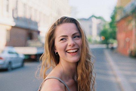 Singeldebut: Anna Kajander har spilt flere konserter på klubber og festivaler og har bodd både i Buenos Aires og København. Nå har hun flyttet til Oslo for å jobbe med musikken for alvor og fredag slipper hun sin første singel. En invitasjon er også på plass for å spille inn i studioet til en av Argentinas beste musikkprodusenter. Foto: Ylva Teigen Aas