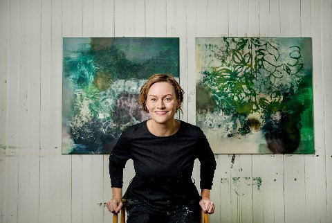 Nina Beyer i sitt atelier i Sennesvik på Vestvågøy.