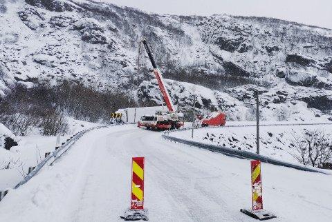 Bilberging: Vogntoget som kjørte av veien i Rekvika blir berget lørdag formiddag.