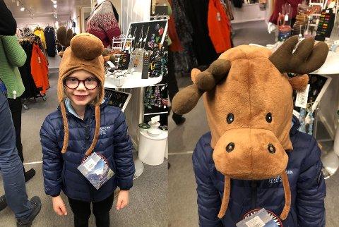 Anna Oline Høgmo prøver mannekengklær på Lofoten gaver- og brukskunst-butikken på Leknes denne uken. Lørdag skal hun og mange andre være mannekeng på helgens Lofoten Gave og Håndverksmesse.