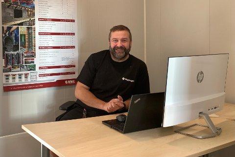 Tor Ivar Saupstad er ny sjef på Byggtorgets butikk i Leknessjøen. Det er en nyopprettet stilling. – Vi er tre som jobber i butikken, og jeg har blitt veldig godt mottatt, sier han.