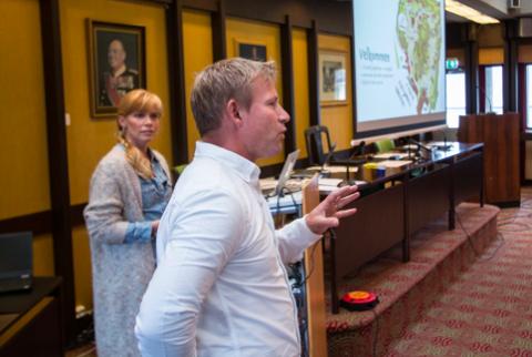 BEKREFTER: For et knapt år siden presenterte Gaute Ubostad og Kiersten Kaufman oppdaterte planer for park og museum for Lyngdal kommunestyre. Nå bekrefter Kaufman at byggestart er nært forestående.