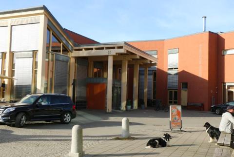 UNNTAKSTILSTAND: Korona skaper fortsatt unntak i samfunnslivet. Morgendagens kommunestyremøte skal forgå i Kulturhuset i Lyngdal.