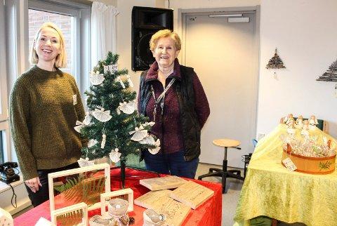 GLEDER ANDRE: Aase Sjolte og de andre beboerne har laget julepynt, som selges på julemarkedet lørdag. Her sammen med daglig leder Sissel Ruud-Hansen.