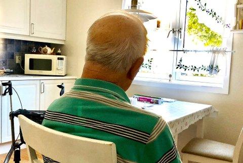 PÅ TV: Mannen i 90-årene ble plassert i en stol på kjøkkenet, mens leiligheten hans ble tømt for store verdier. Nå skal TV2 fortelle og undersøke hans sak.