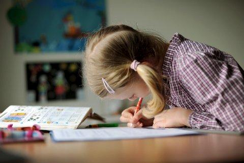 Hjemmeoppgaver: Skal skolebarn ha lekser eller løse oppgavene på skolen?