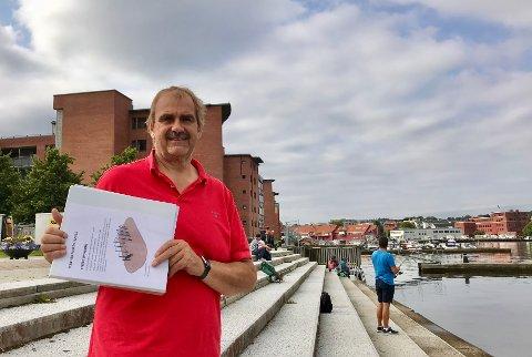 TIL MOSSINGENE: Denne treningsparken er jo noe vi håper at folk i byen vil få glede av, sier Steinar Håkonsen i Moss Idretssråd. Her med mappen med tegninger av apparatene.
