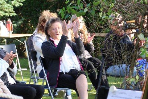 APPLAUS: Anne Andersen ga velfortjent applaus etter de musikalske innslagene i sin egen hage.