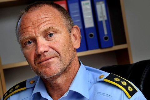 SIKTET: Krimsjef Kai Andersen i Sarpsborg-politiet sier de tre mennene nå er siktet for brudd på covid-19 bestemmelsen – Etter å ha besøkt Sverige skal som kjent folk i karantene, forklarer Andersen.