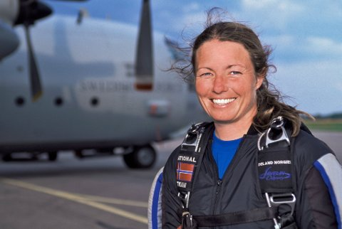 HOPP: Da Lise Nansen (54) fra Moss tok sitt første hopp i tenårene, falt hun pladask for ekstremsporten.