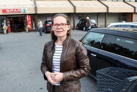 FORNØYD: Elisabeth Stene (44) bor i Svinndal og har en datter som er elev på ungdomsskolen. Hun er fornøyd med tjenestetilbudet.