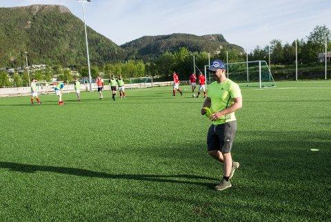 BUNNEN ER NÅDD: Kristian Strand er en av to trenere for Spillums 6.-divisjonslag i fotball. Han tror bunnen er nådd for breddefotballen og at spillere vil komme tilbake når det åpnes opp.