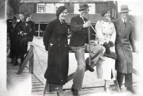 Namsos-ungdommer som pyntet seg til fest under Namdalsutstillingen i byen i 1934. De som er i fronten av bildet: Damen til venstre er Eli Holand. Mannen med stokk er keramikeren Halvor Sandø. Mannen med hatt er Arne Nilsen. Damen i lys kåpe er Johanna Wallum.