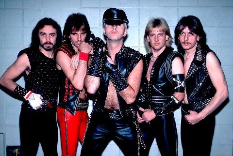 Judas Priest i 1984.  Fra venstre: Ian Hill, Glenn Tipton, Rob Halford, KK Downing og Dave Holland.
