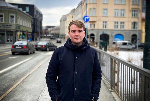 REAGERER: MDG-politiker Tore Dyrendahl mener bilene på Bakke bro sinker bussene. Derfor mener han det skal bli ulovlig for bilister å kjøre inn til Midtbyen.