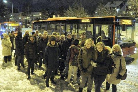 STÅR SAMMEN: Beboere på Bjørndal og Mortensrud samlet seg i forrige uke til et felles bilde for å vise at de er flere som ønsker 71E-bussen tilbake i 15-minuttersrute fra Bjørndal til Tollboden.
