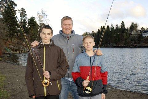 FLUEFISKERE: Formann i Semper Major Fluefiskeklubb, Alexander Smerud, med Marcus Julshamn (t.v.) og Trym Julshamn. Foto: Privat