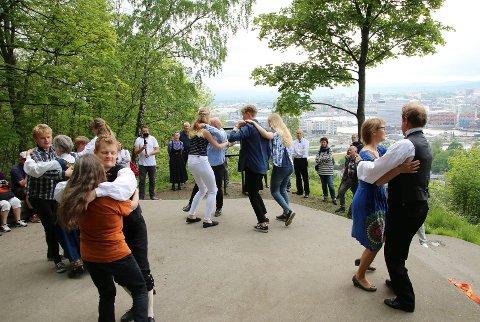Folkedans på Munch-punktet med utsikt over Oslo