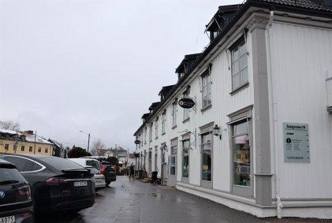 OVERTAR: Sparebanken Øst har flyttet ut, og snart flytter Mester Grønn inn i det nærmeste butikklokalet her i Kongsveien 94 på Holtet.