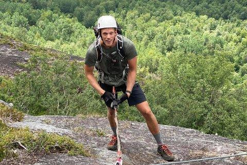 KLATREMUS: Emil har brukt sommeren godt. Her klatrer han Loen Via Ferrata.