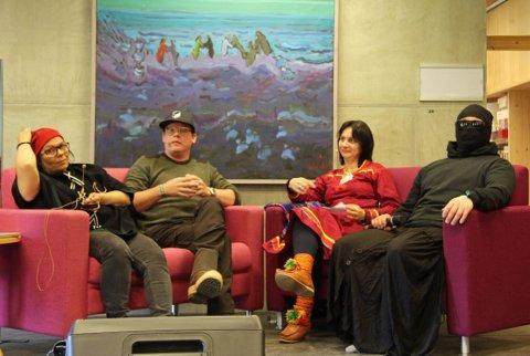 Form og symboler: Mannen til høyre vil være anonym og tilhører en gruppe som aksjoner mot finnlendernes misbruk av samisk kultur i turistindustrien. Anne Berit Anti, Jacob Adams og Marie Kvernmo mener pengesterke aktører i mange land stjeler urfolks symboler og kulturuttrykk.