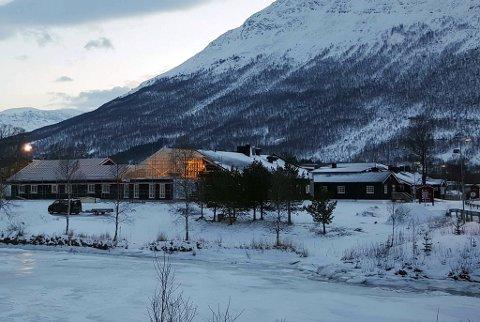 UNDER OPPFØRING: Den nye fløya med 10 hotellrom og et nytt møterom er under byggig og ses midt på bildet der hvor det er opplyst.