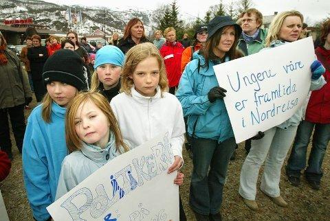 I april 2005 protesterte barn, foreldre og lærere mot nedskjæringene på skolebudsjettet i Nordreisa. 12 år senere er skoleresultatene elendige. Foto: Ola Solvang