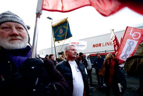 Streikegeneral Geir Ingebrigtsen leder troppene på kaia under en aksjon i februar 2014. De streikende tapte alt, og sto ribbet tilbake. Nå kritiserer de LO for manglende støtte. Foto: Ola Solvang