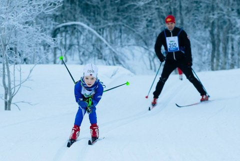 FULL FART: En av de yngste deltakerne under fjorårets utgave av Tromsø Skimaraton. Det er ventet god deltakelse på årets utgave, og til tross for noen utfordringer også gode forhold for å gå.
