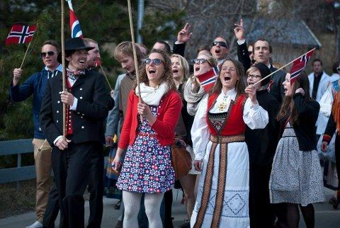 UROKKELIG TRADISJON: Tog er selve kjernen av grunnlovsdagfeiringen i Norge, men i hele Tromsø har man også sørget for et mangfold av andre aktiviteter.