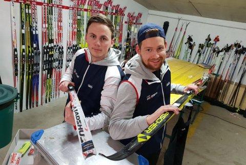LEID INN TIL ITALIA: Isak Sætermo (t.v.) og Håvard Evensen anslår at de har rundt 50 par ski de skal gjøre klare til søndagens Marcialonga for glade tilreisende turløpere fra Tromsø og Nord-Norge for øvrig.