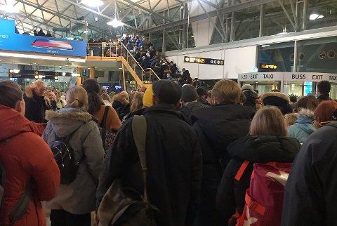 LANGE KØER: Det oppsto lange køer foran sikkerhetskontrollen etter at avgangshallen på Tromsø lufthavn ble tømt for reisende fredag kveld.