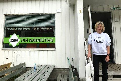 BYGDEBUTIKKEN: Butikken i Arnøyhamn ble lagt ned i 2013, da bestemte bygdas innbyggere seg for å gjøre noe. I dag er butikken åpen, og lørdag formiddag var Merete Storø på handletur.