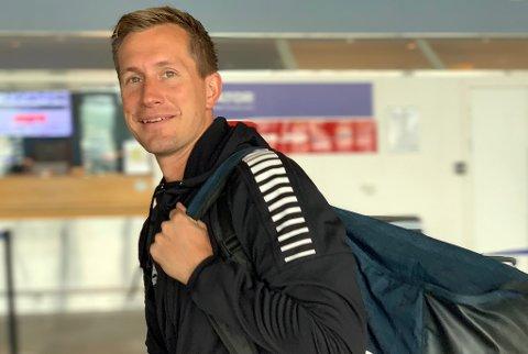 UT PÅ TUR: Morten Gamst Pedersen sendte bagen av gårde på Tromsø lufthavn fredag før avreise til Trondheim. Veteranen har god tro på at TIL skal kunne klare en ny jevn kamp mot Rosenborg.