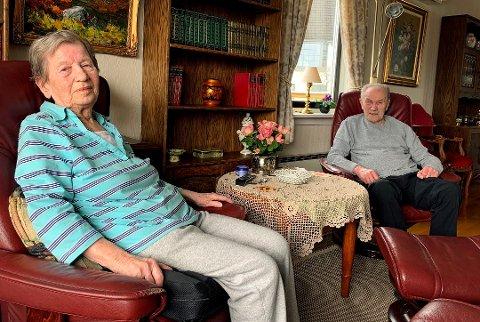 INNELIV: Hedvig og Karly Robertsen trives i stua på Gimle, men følte seg i vinter helt innesperret etter at de mistet sin gamle adkomstvei til huset.