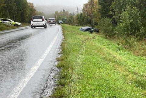 Her ligger bilen tre-fire meter utenfor veien på Kvaløya. Foto: Are Medby
