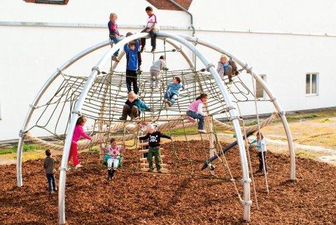 Et klatrestativ som dette er planlagt etablert som nærmiljøanlegg ved Fryal skole.