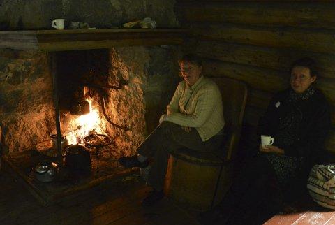 ÅPEN ILD: Fra denne grua i et seterhus fra Snertingdal, ble det servert kaffe og vafler.