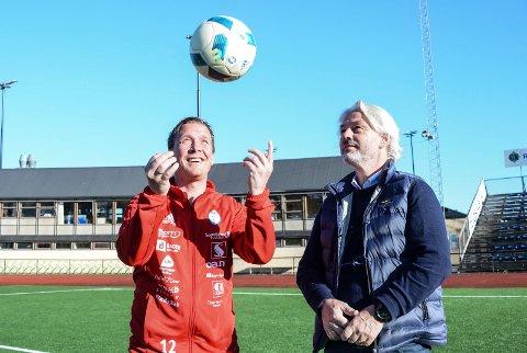 Ballen er kastet opp i lufta for FK Gjøvik-Lyns nye hovedtrener Espen Haug og styreleder Dag Jørgensen.