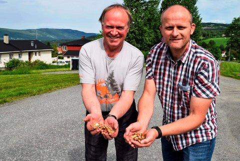- Vårt kosept er å produsere vannbåren energi på lokale rådvarer, sier Ole Helmer Bjørlien (t.v.) og Sven Sandvik i Hov Biovarme AS.