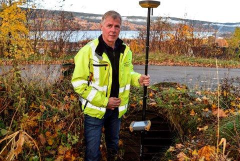 UTSATT PUNKT: - Her har vi et utsatt punkt for flom når bekken går stor, sier Geir Hagen i Søndre Land kommune om denne stikkrenna i Sølvhaugvegen ovenfor Hov sentrum.