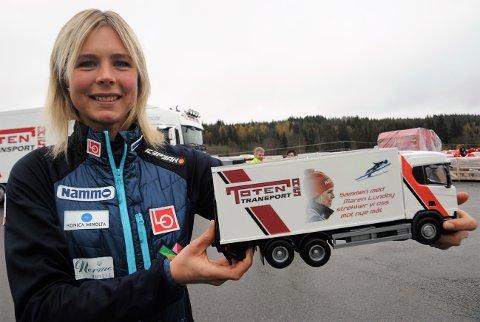 IKKE BARE FLEIP: Maren Lundby spøkte med at hun må få Toten Transport til å få skiene fram til framtidige konkurranser i Mellom-Europa.