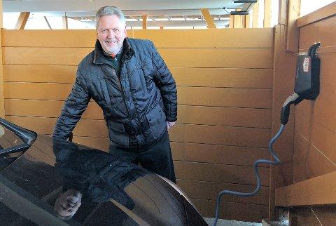 FORNØYD BEBOER: – Jeg synes Bondelia 2 borettslag er framsynte som har tilrettelagt for elbil ladere, sier Bjarne Strøm.