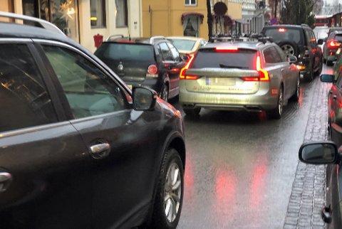 PARKERINGSKAOS: – Bøter blir det jo ikke, og det får ingen følger, for andre enn de med nedsatt funksjonsevne og behov for en HC-parkeringsplass, skriver artikkelforfatteren om helgens parkeringskaos i Gjøvik sentrum.