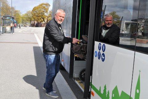 PÅ BUSSEN: Arild Ringvold (69) bruker bussen så ofte han kan. Han mener det er synd hvis rutetilbudet blir mye dårligere.