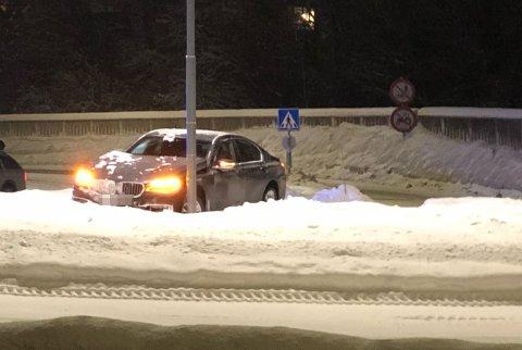 INNTIL LYKTESTOLPEN: Bilen stoppet midt i rundkjøringa, inntil en lyktestolpe.